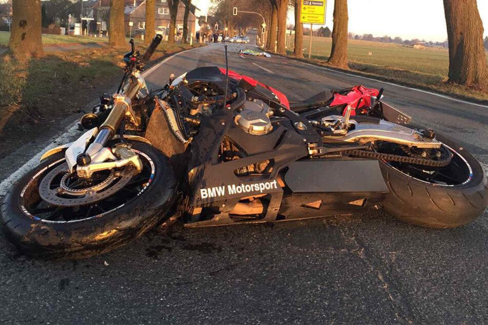 Zwei Tote! Motorrad kracht mit Fahrrad zusammen