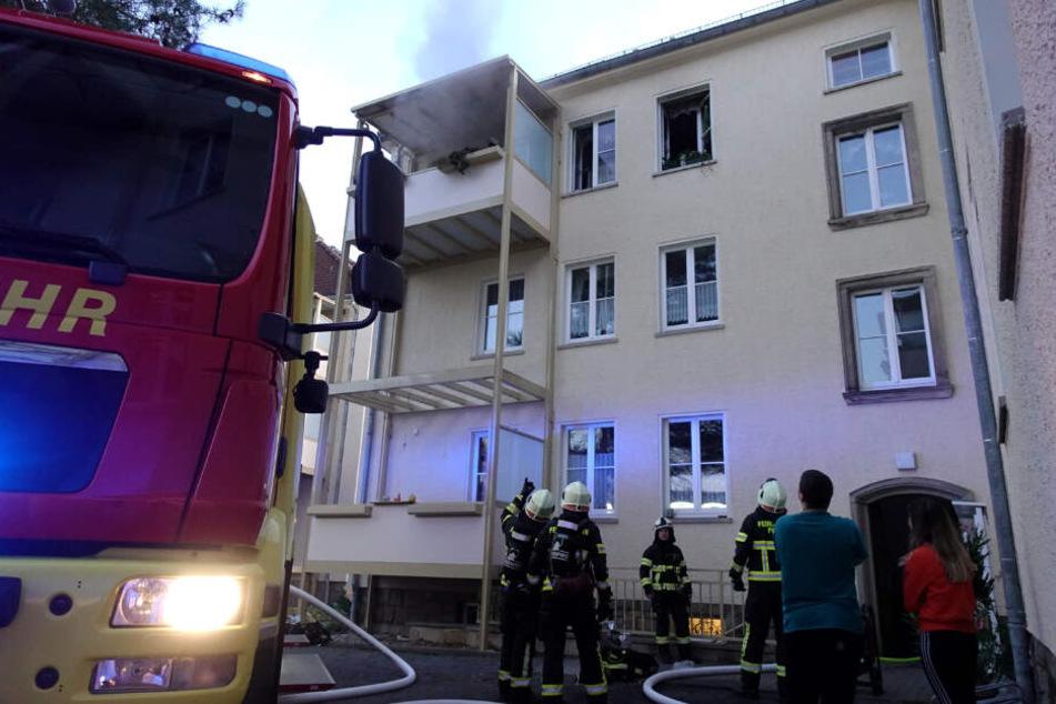 Aus der Wohnung des Seniors trat starker Rauch hervor.