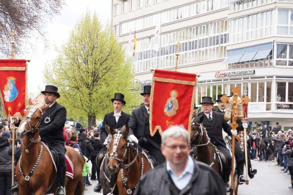 Beim Osterreiten stürzte ein Reiter vom Pferd und verletzte sich.