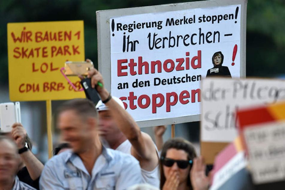 Anhänger von AfD und NPD protestierten am Dienstagabend gegen die Kanzlerin.