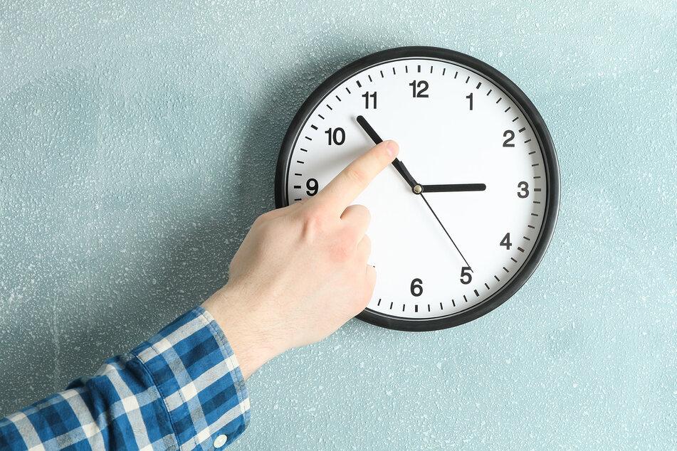 Am Wochenende wird wieder an der Uhr gedreht. (Symbolbild)