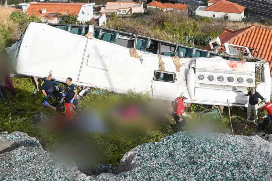 Der Bus mit den Urlaubern stürzte einen Abhang hinunter.