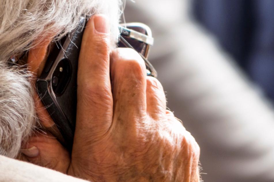Die 87-Jährige hörte ganz genau hin und wurde stutzig. (Symbolbild)
