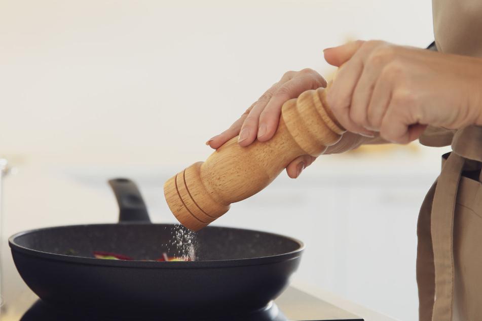 Die reddit-Userin ist überzeugt, dass ihre Schwiegermutter absichtlich ihr Essen versalzen hat. (Symbolbild)