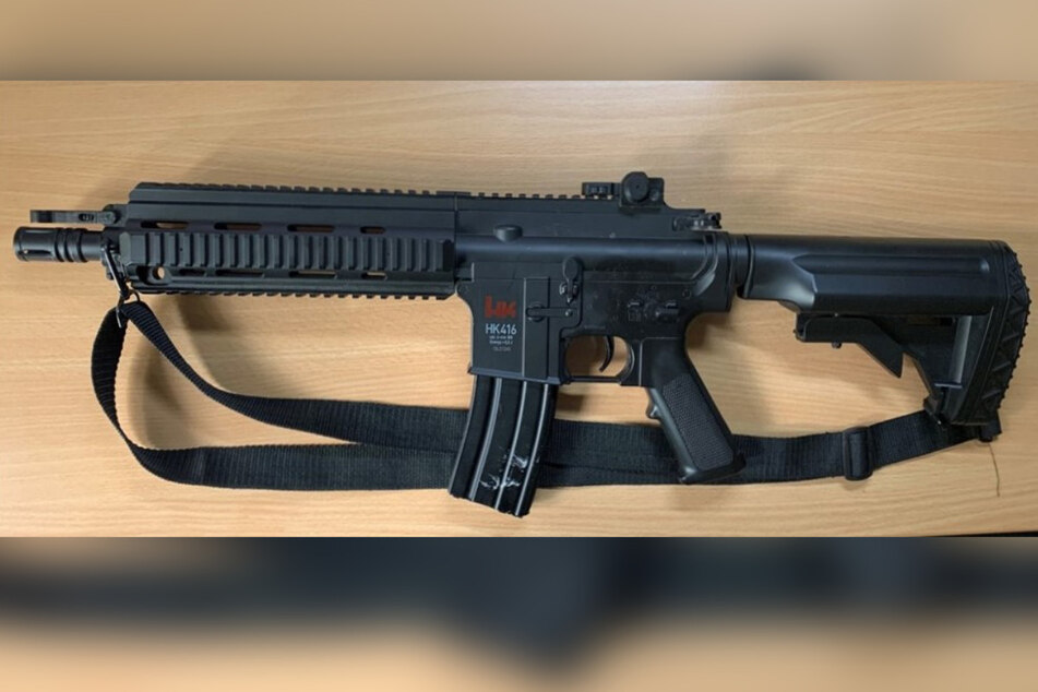 Gefährlicher Fund! Zoll entdeckt Maschinenpistole in Kofferraum