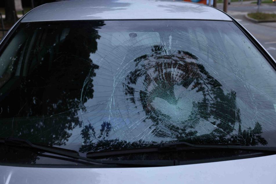 Die Frontscheibe des Autos wurde durch den Unfall deutlich beschädigt.
