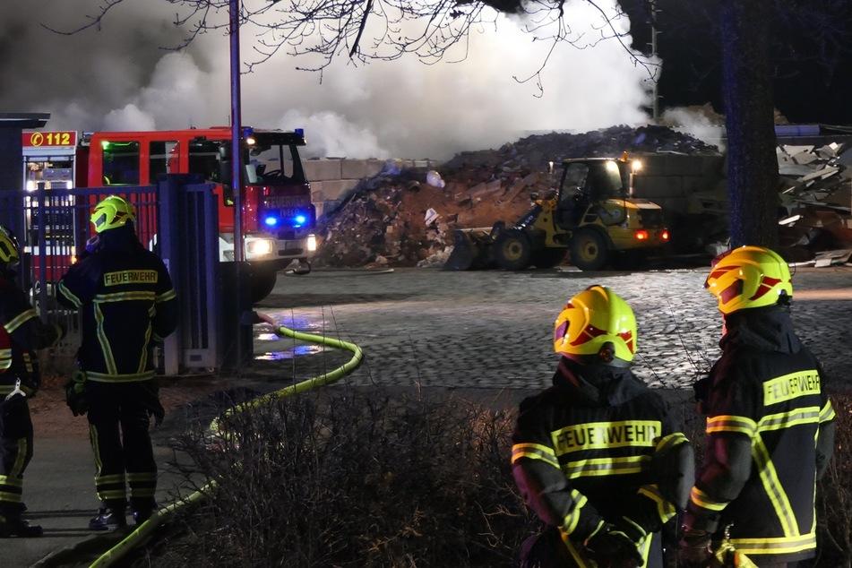Kameraden der Feuerwehr stehen vor dem Recyclinghof. Gleich mehrere Wehren waren alarmiert worden.