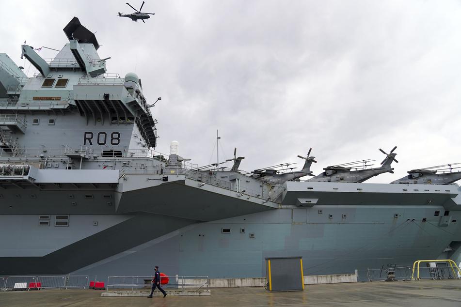 """Ein Merlin-Hubschrauber der Royal Navy landet auf dem Flugzeugträger """"HMS Queen Elizabeth"""" im Marinestützpunkt HM Naval Base in Portsmouth."""