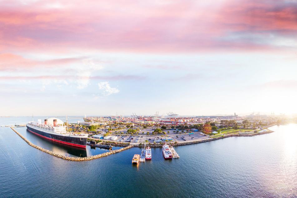 Direkt vor Long Beach liegt das Schiff an.
