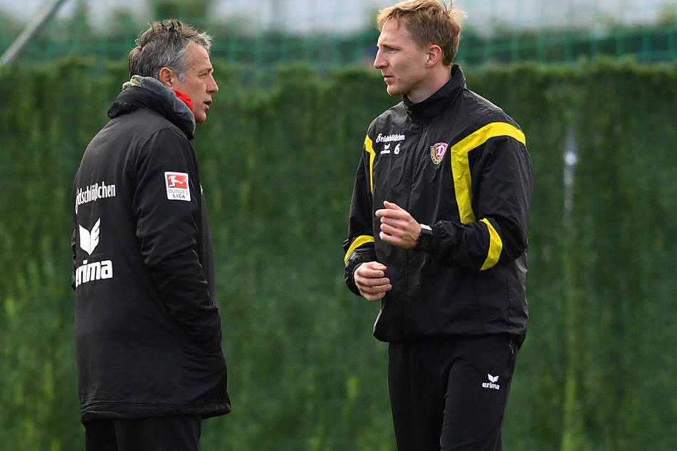 Trainer Uwe Neuhaus (l.) und Kapitän Marco Hartmann beratschlagen sich.