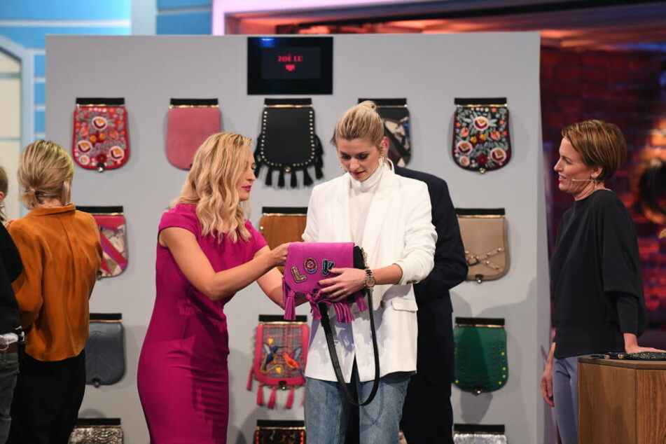 Lena Gerke lässt sich von Larissa Walter von Zoé Lu die Taschen erklären.