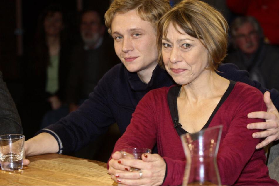 Liebevoll legt Schauspieler Matthias Schweighöfer in Hamburg den Arm um seine Mutter Gitta Schweighöfer(Foto vom 13.01.2010).