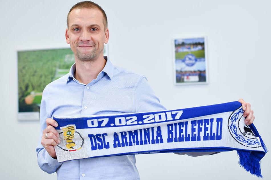 In Walldorf freut man sich schon auf den DSC. Dem Spiel wurde sogar ein Fan-Schal gewidmet. Astoria-Trainer Matthias Born präsentiert ihn stolz.