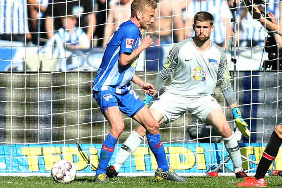 Thomas Kraft (r) und Fabian Lustenberger (l) können den Treffer von Lucas Alaric nicht verhindern.