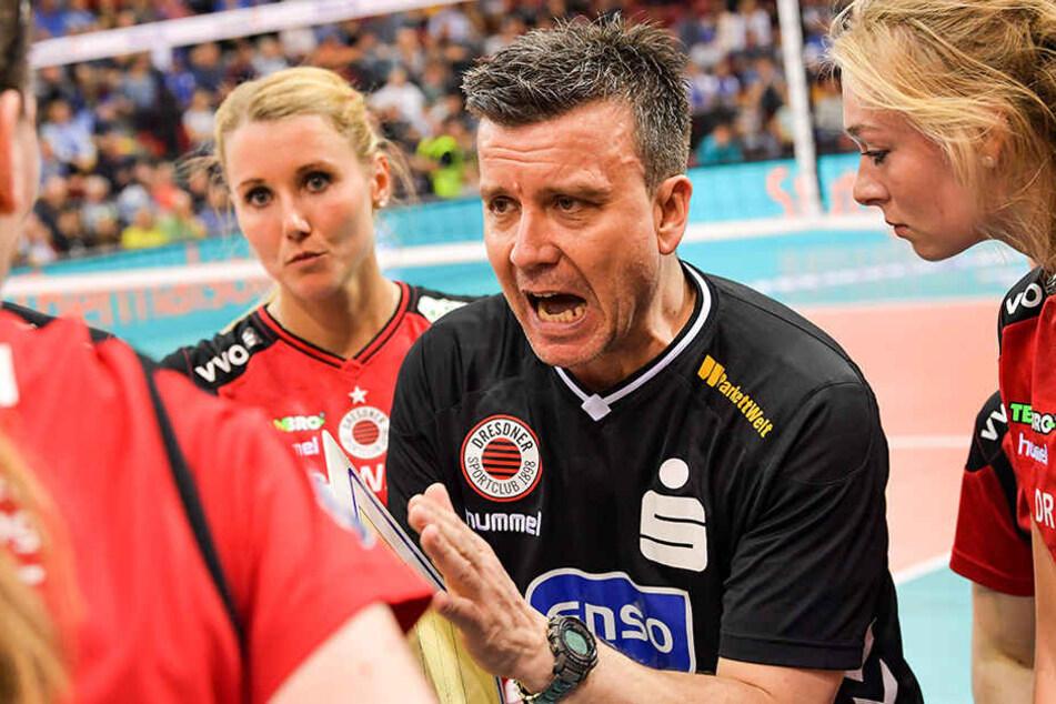 Eine verschworenen Gemeinschaft: Trainer Alexander Waibl und seine Spielerinnen.