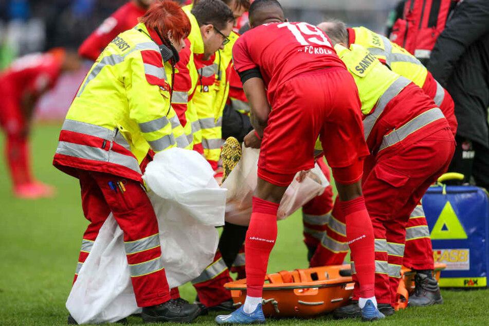 Sanitäter tragen den verletzten Rafael Czichos von 1.FC Köln mit der Trage vom Spielfeld.