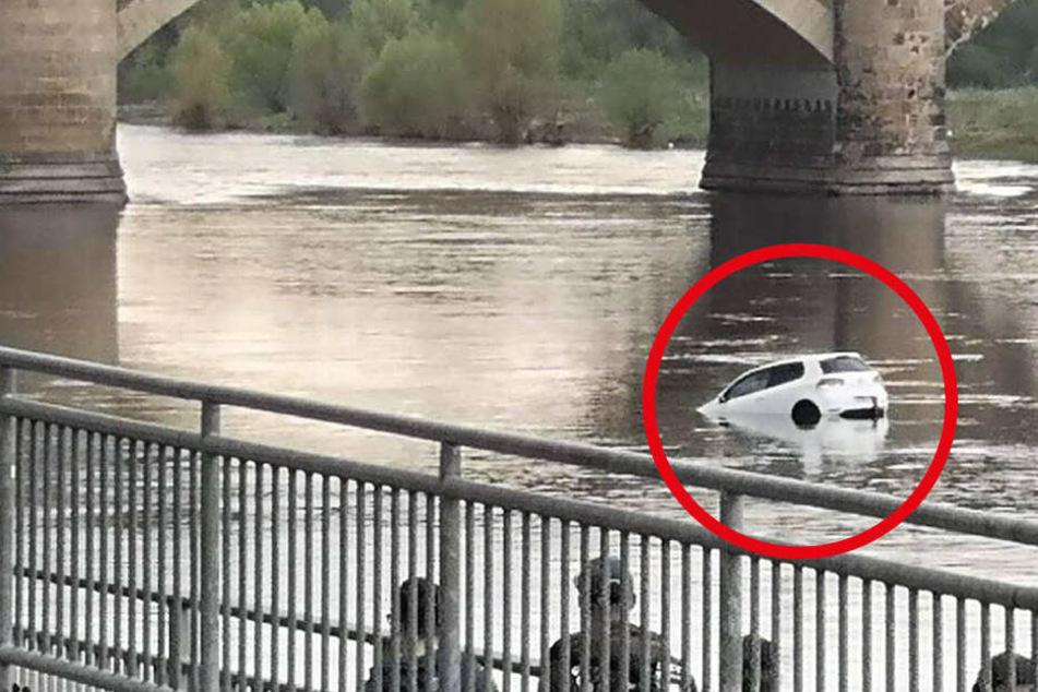 Schock für Passanten: Plötzlich rollt ein VW in die Elbe und geht unter