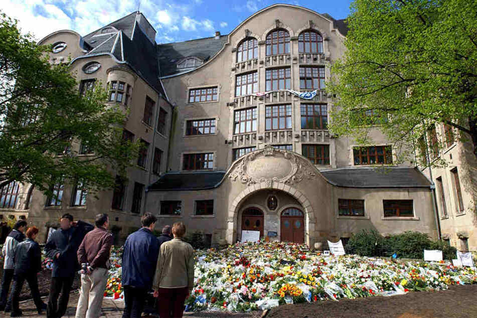 Das Blumenmeer nach der entsetzlichen Tat vor dem Gutenberg-Gymnasium. (Archivbild)