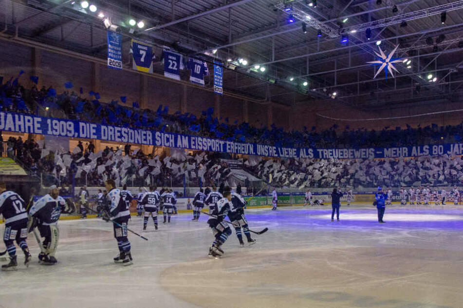 Die Fans der Eislöwen zeigten zum 110 jährigen Jubiläum eine beeindruckende Choreografie.