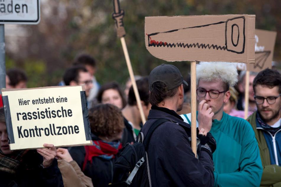 Gegner der neuen Waffenverbotszone protestieren während des Ministertermins in Leipzig.
