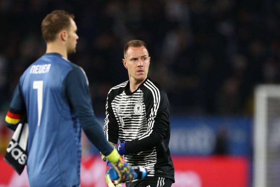 Deutschland gegen Serbien: Manuel Neuer (l) und Marc-André ter Stegen würdigten sich bei der beim Wechsel keines Blickes.