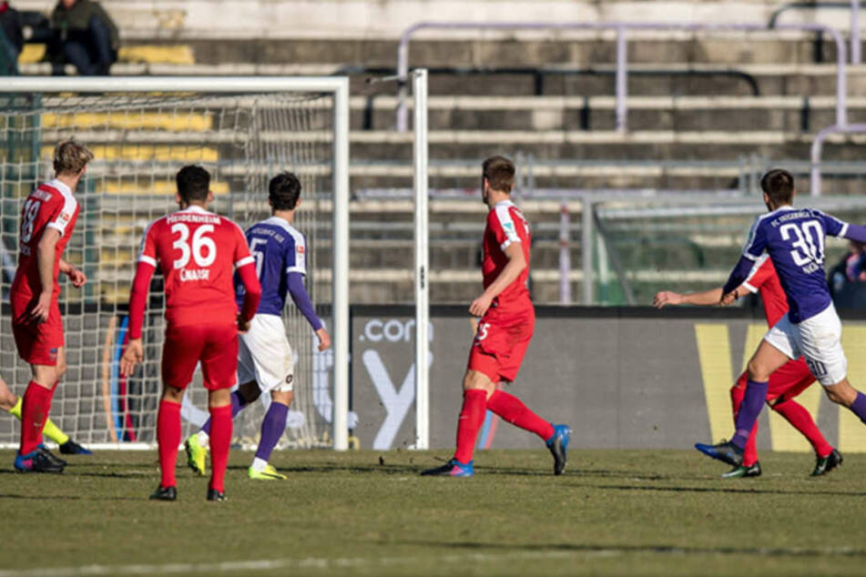 Der Auer Siegtreffer! Dimitrij Nazarov (r.) hat abgezogen, der Ball  springt vom Innenpfosten ins Tor.