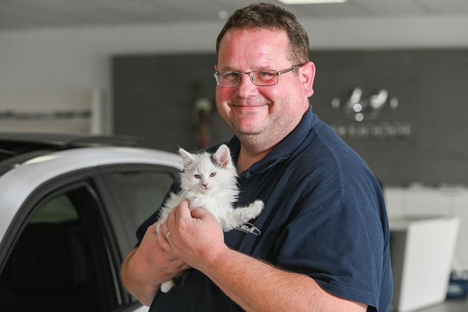 Werkstatt-Leiter Peter Thomas (44) mit dem geretteten Kater Kevin.