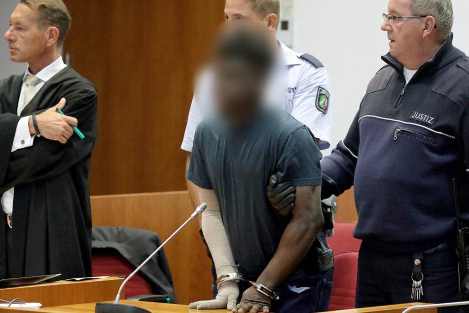 Der Täter hatte sich später in seiner Zelle bei einem Brand schwere Verletzungen zugezogen, trägt deshalb eine Armbandage.