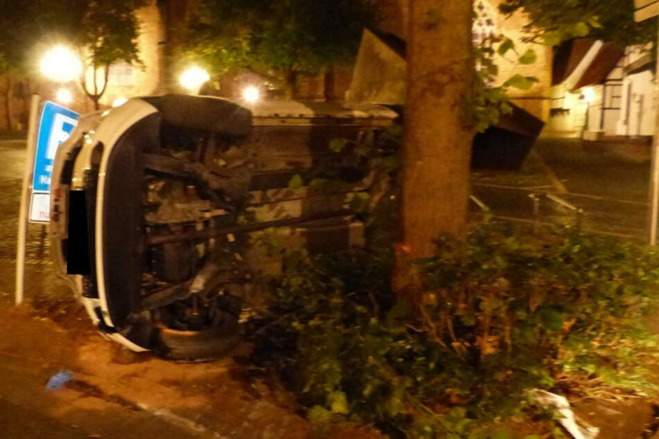 Mit voller Wucht knallte der Wagen gegen einen Baum.