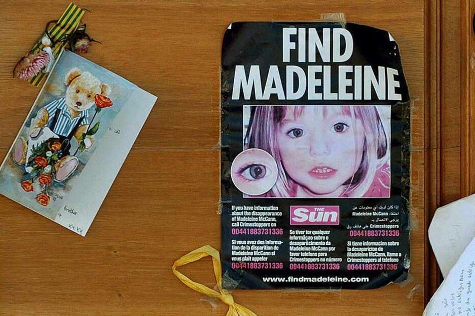 Fotos und Andenken an Madeleine McCann hängen am 08. August 2017 in Lagos (Portugal) an einer Kirchentür.