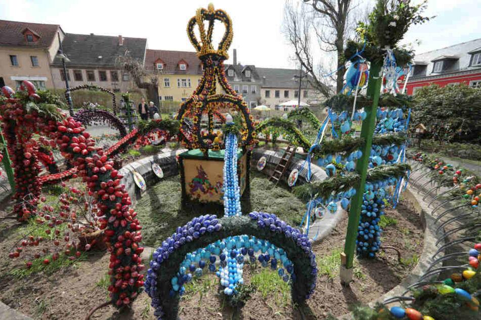 Tausende Eier hängen in jedem Jahr an der Osterkrone in Berga. Auch auf Schloss Friedenstein kann man viele Eier sehen.