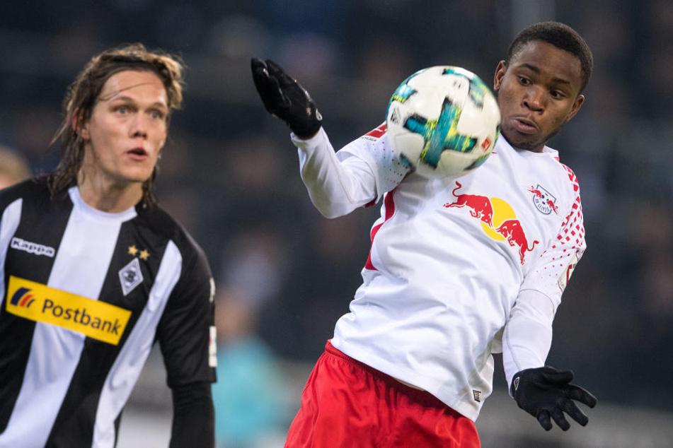 Matchwinner Ademola Lookman (r., gegen Gladbachs Jannik Vestergaard) erzielte das 1:0 in Gladbach.