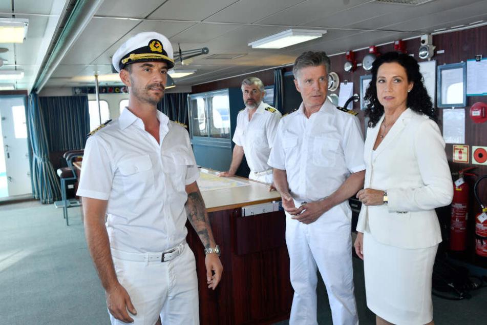 Der neue Traumschiff-Kapitän Max Parger (Florian Silbereisen, l) muss die eingespielte Crew mit Martin Grimm (Daniel Morgenroth, 2.v.l.), Dr. Sander (Nick Wilder, 2.v.r.) und Hanna Liebhold (Barbara Wussow, r.) noch von sich überzeugen.