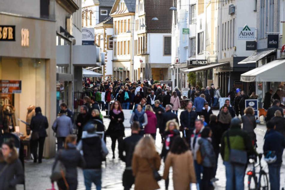 Viele Menschen sind in der Bielefelder Innenstadt unterwegs.