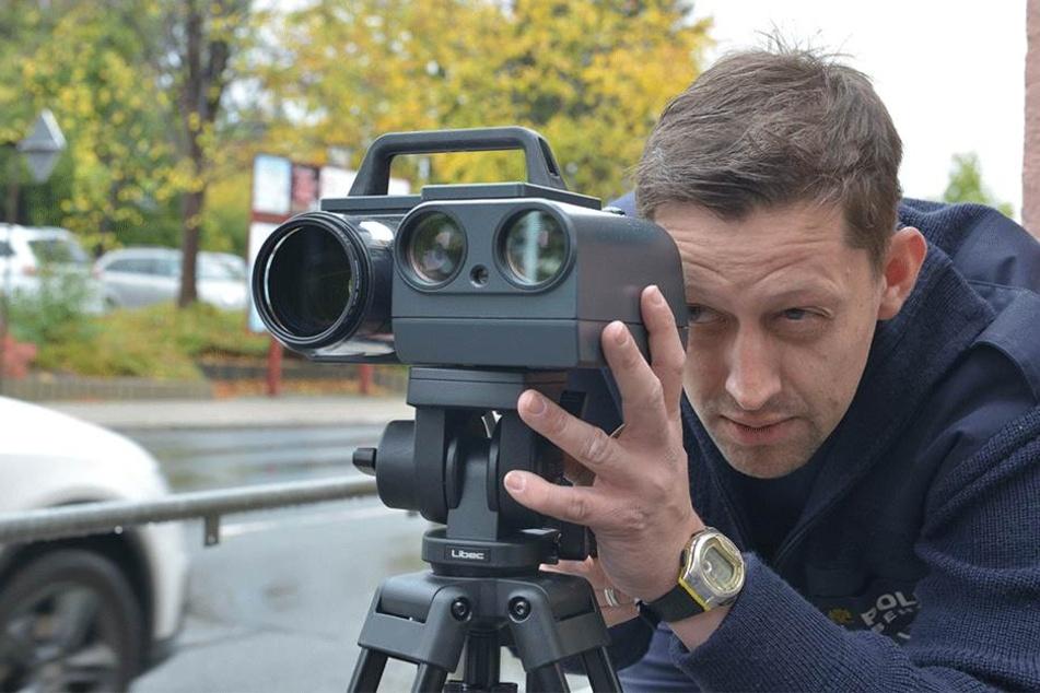 Stadtpolizist Sebastian Meyer (38) mit dem neuen Blitzgerät.