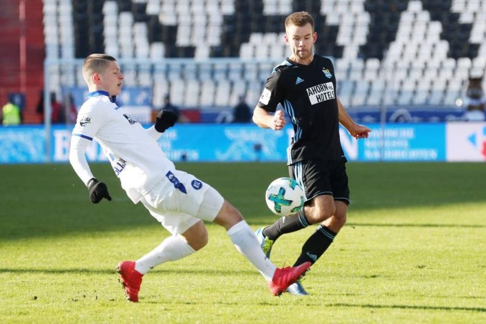 Winterneuzugang Mikko Sumusalo (r.), hier im Zweikampf mit Florent Muslija, war Teil des Abwehrverbunds der Himmelblauen in der Partie beim Karlsruher SC.