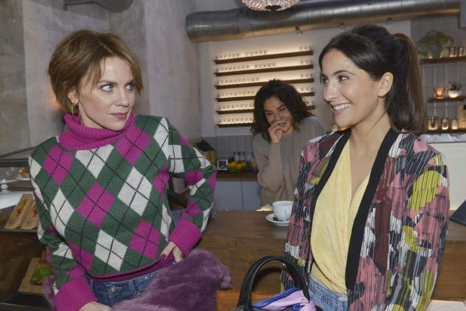 Was für ein Schock! Plötzlich taucht Lauras (r.) Mutter Yvonne in Berlin auf.
