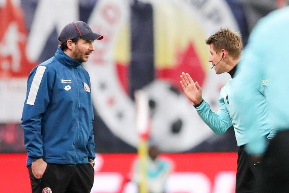 Wurde in der 75. Minute auf die Tribüne geschickt: Mainz-Trainer Sandro Schwarz (l.).