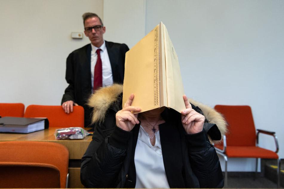 Die Angeklagte hielt sich im Gerichtssaal eine Mappe vor das eigene Gesicht.