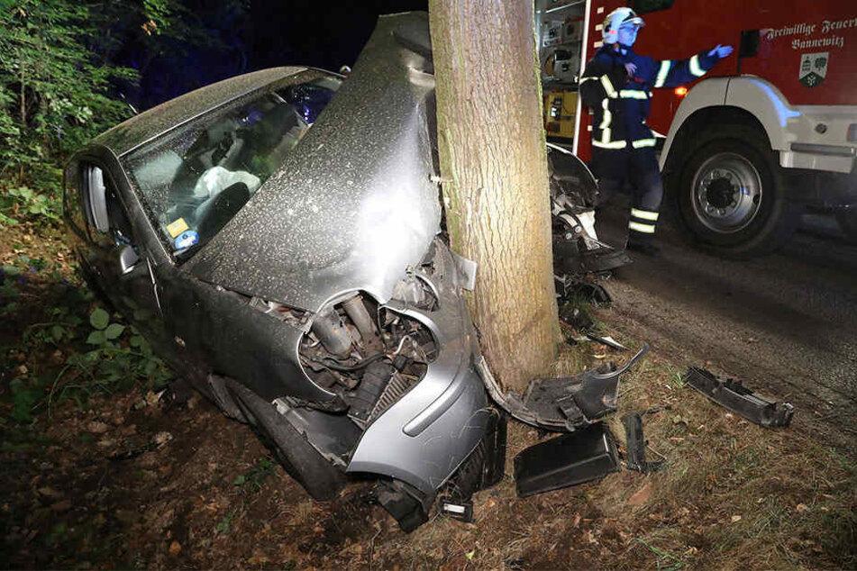 Der VW Polo prallte frontal gegen einen Baum.