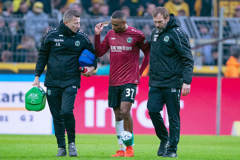 Zu allem Überfluss musste bei Hannover 96 auch noch der leidgeprüfte Noah Joel Sarenren Bazee kurz vor der Halbzeitpause verletzt ausgewechselt werden.
