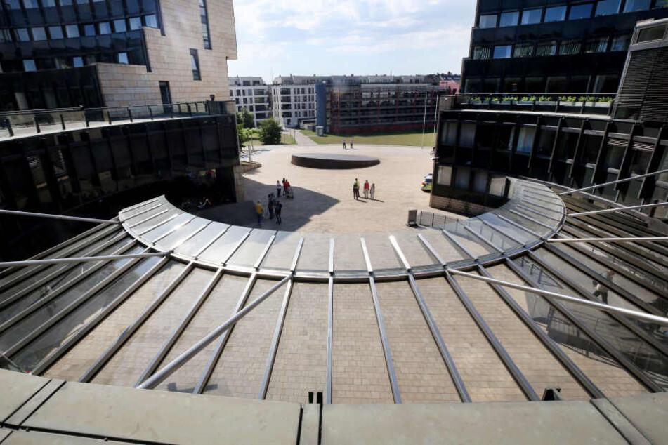 Der Vorplatz und die Aufzüge des Landtages sollen in den Sommerferien für 1,6 Millionen Euro saniert werden.