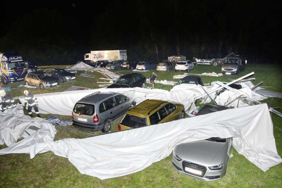 Auch mehrere Autos wurden bei dem Einsturz beschädigt.
