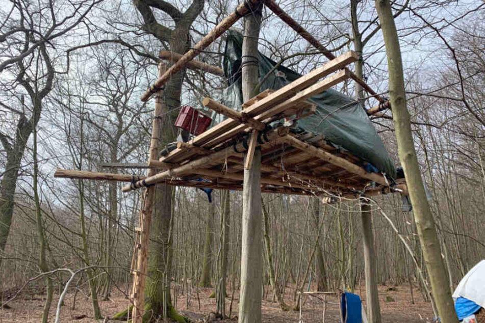 Die Besetzer im Hambacher Forst hatten mit selbst gefällten Bäumen neue Baumhütten gebaut.