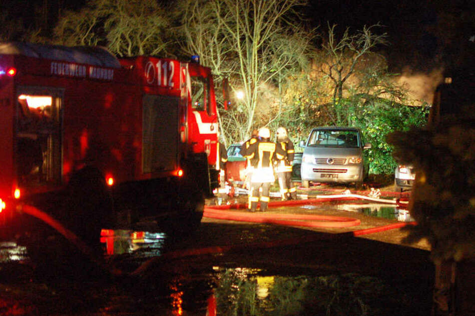 Die Feuerwehr hatte erhebliche Schwierigkeiten, an die brennende Laube zu gelangen.