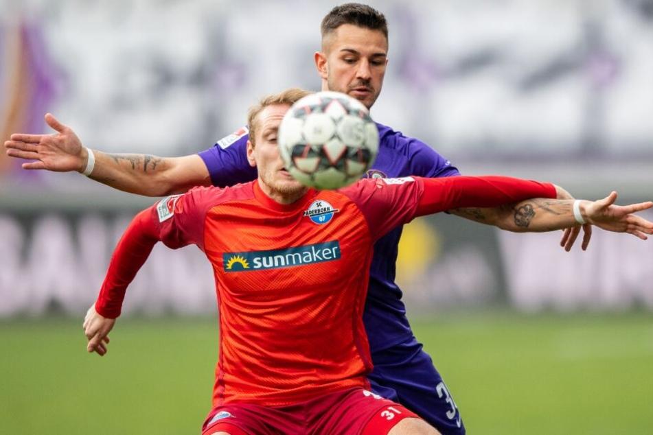 Aues Filip Kusic (h) gegen Paderborns Ben Zolinski.