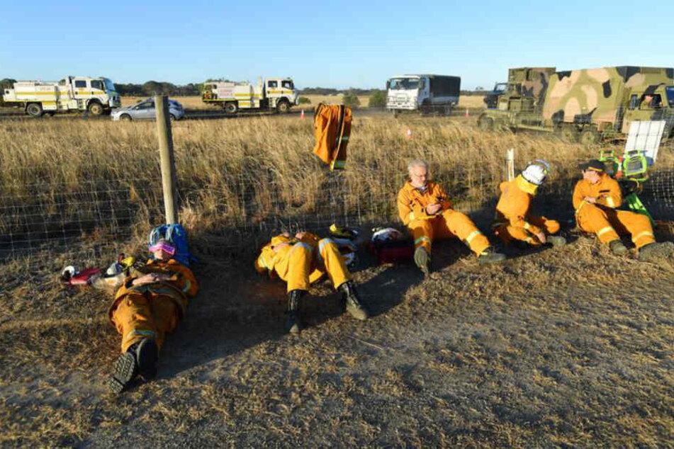 Freiwillige Helfer vom NSW State Emergency Service (SES) ruhen sich auf dem Flughafen Kangaroo Island, südwestlich von Adelaide, aus.