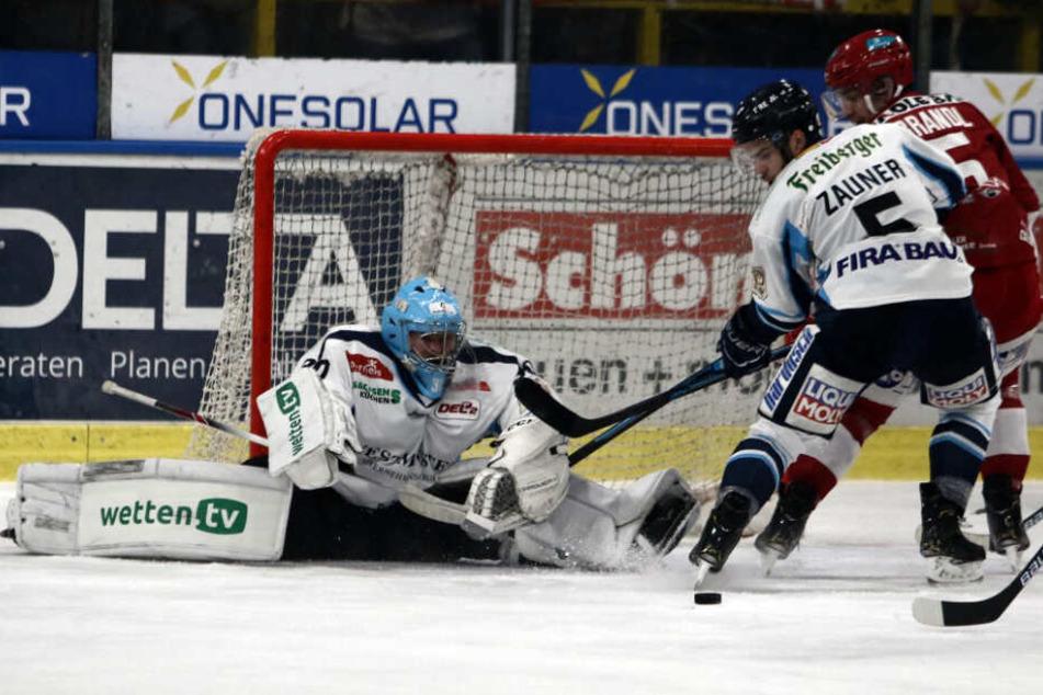 Eislöwen-Goalie Riku Helenius zeigte einen starken Einstand, der Sieg blieb ihm trotzdem verwehrt.