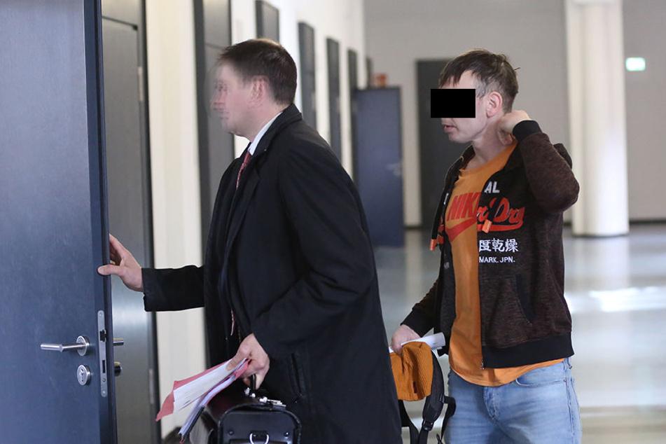 Nachdenklich auf dem Weg zum Gerichtssaal: der Angeklagte Sandro V. (34).