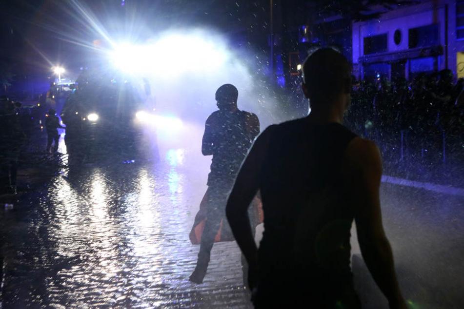 Auch etliche Demonstranten sollen verletzt worden sein.